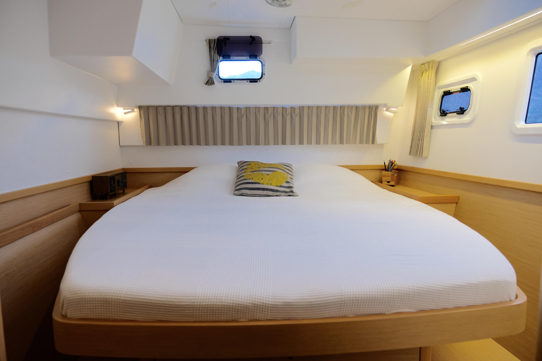 Port side cabin with double bed // Babord kabin med dobbeltseng
