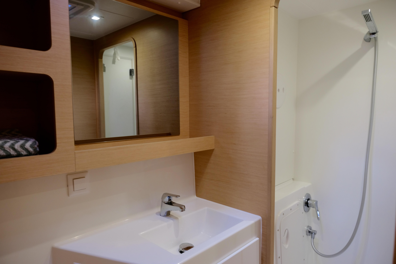 In suite head in port cabin no. 1 // Bad i direkte tilknytning til bakre lugar på babord side.