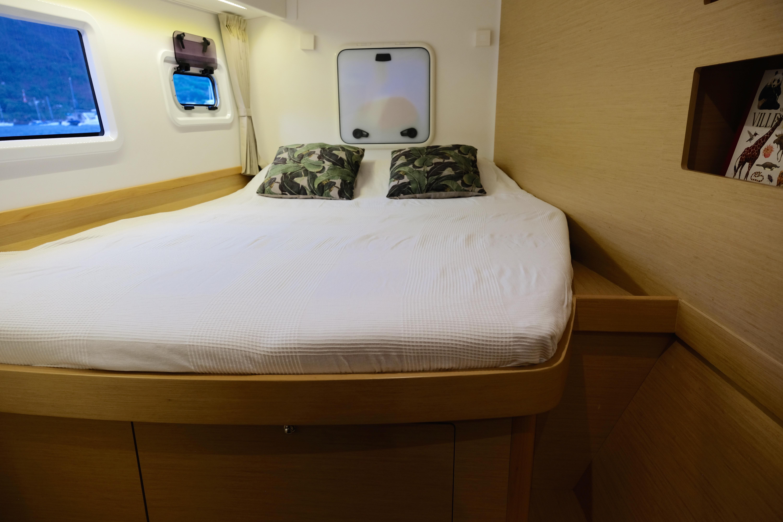 Front cabin in port side with spacious dobble bed and large windows // Fremre kabin på babord side, med romslig dobbeltseng og store vindusflater