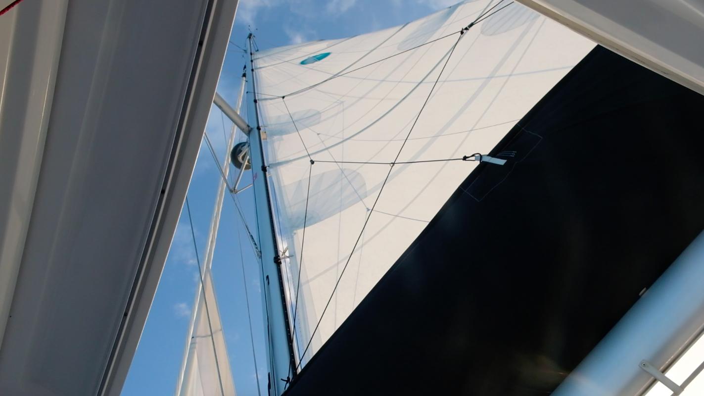 Good view of the sails through windows in the helm station rooftop // God oversikt over seilene gjennom takluken på styreposisjonen