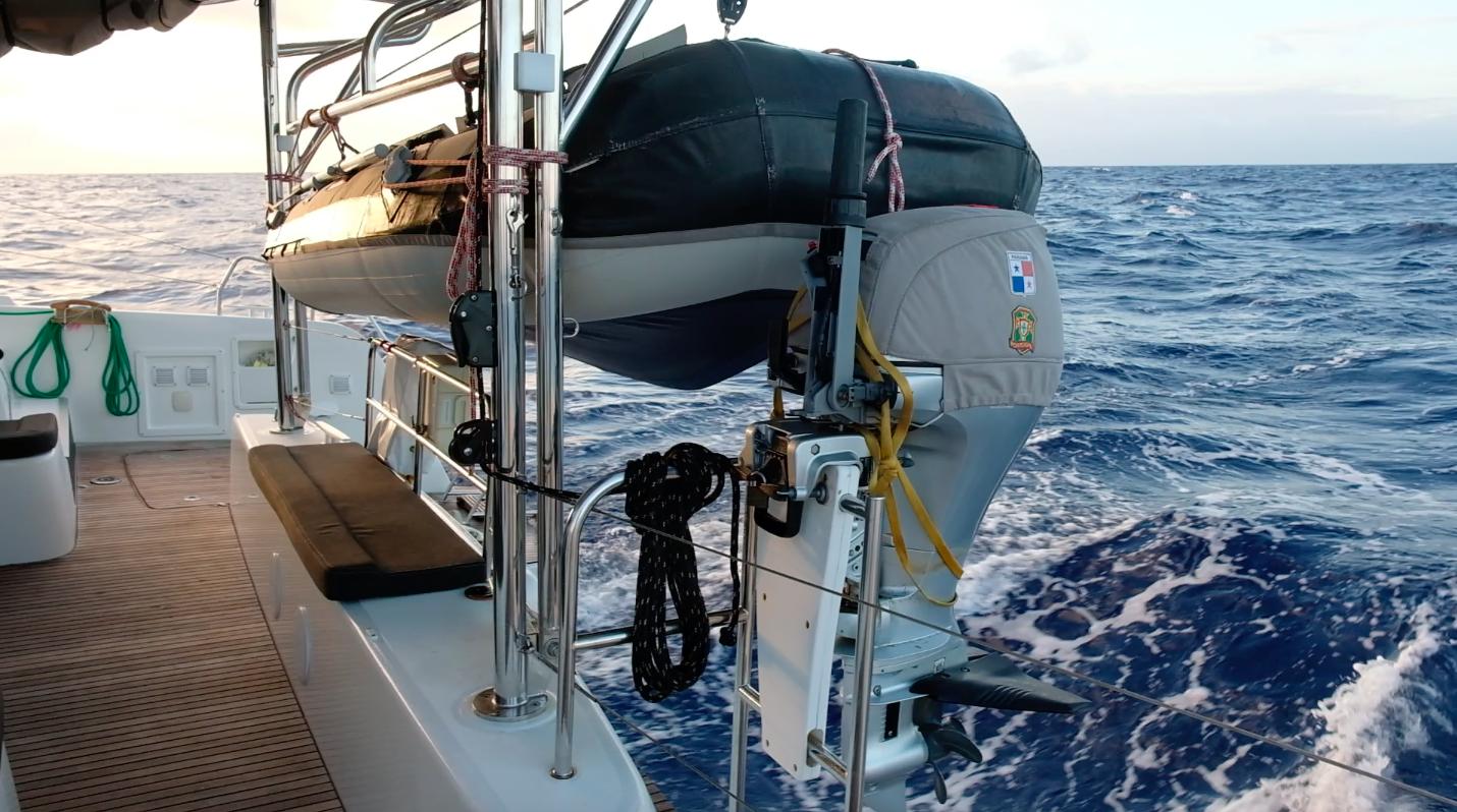 The outboard is securely stored on dedicated bracket. // Påhengsmotoren er sikret på dedikert brakett under lengre overfarter.