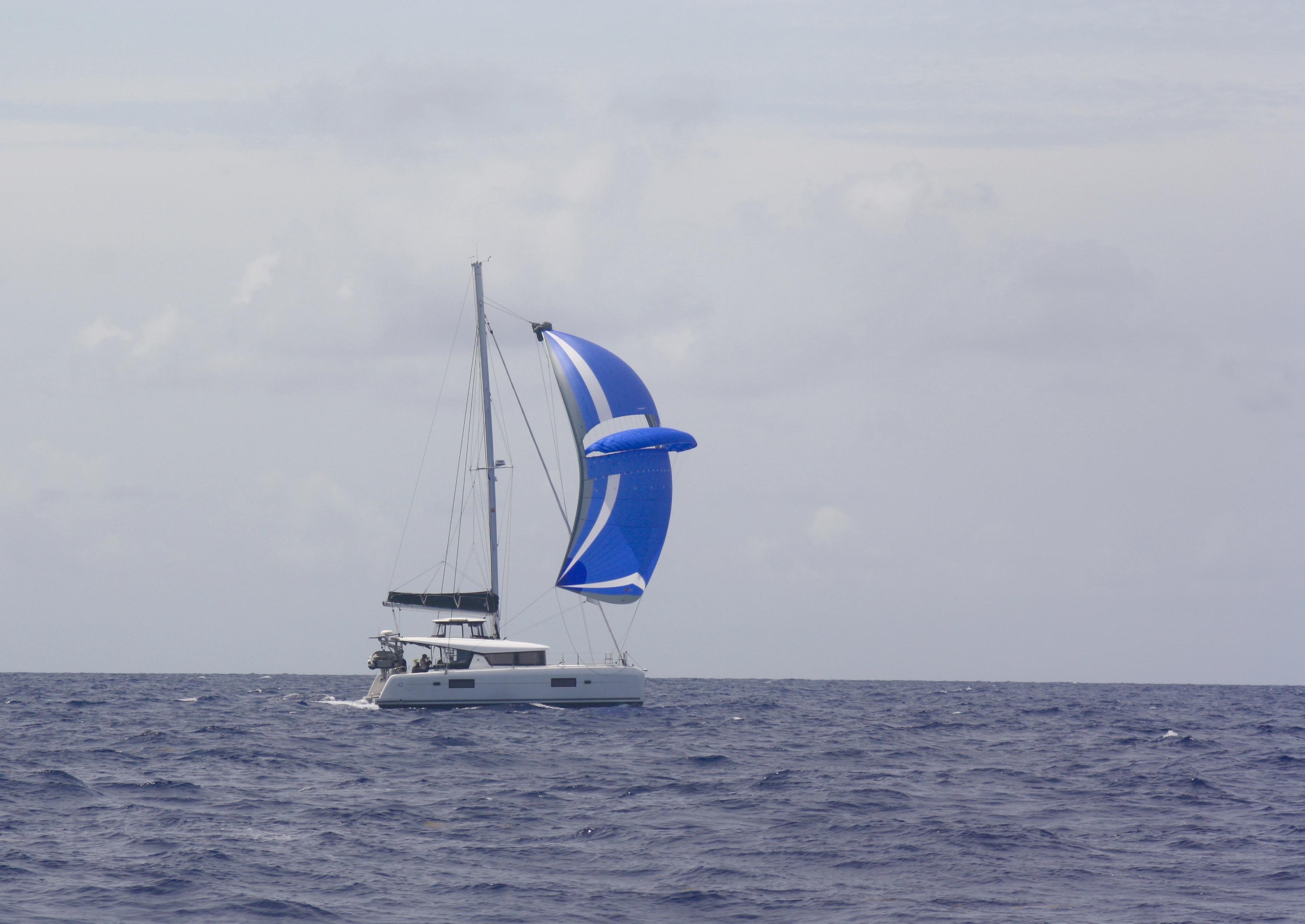 «Vega» under sail in San Blas, Panama with a parasail. // «Vega» under en behagelig seilas med paraseil ved San Blas i Panama.