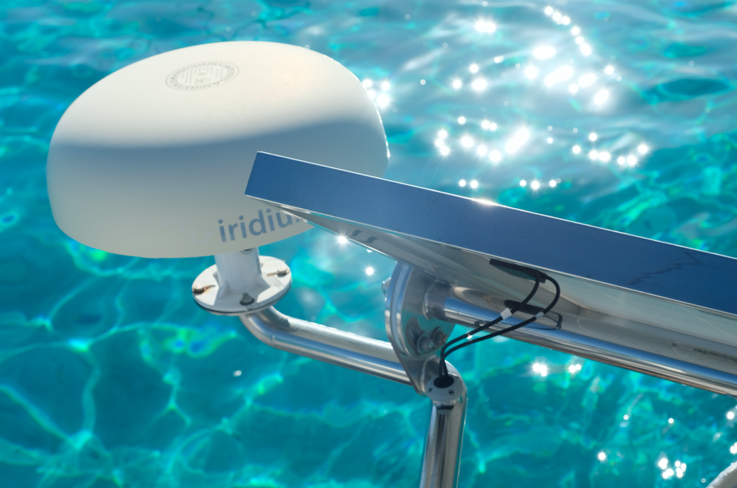 The solar panel frame also holds the iridium dome on the starboard side. // Rammen til solpanelet holder også Iridium domen på plass.