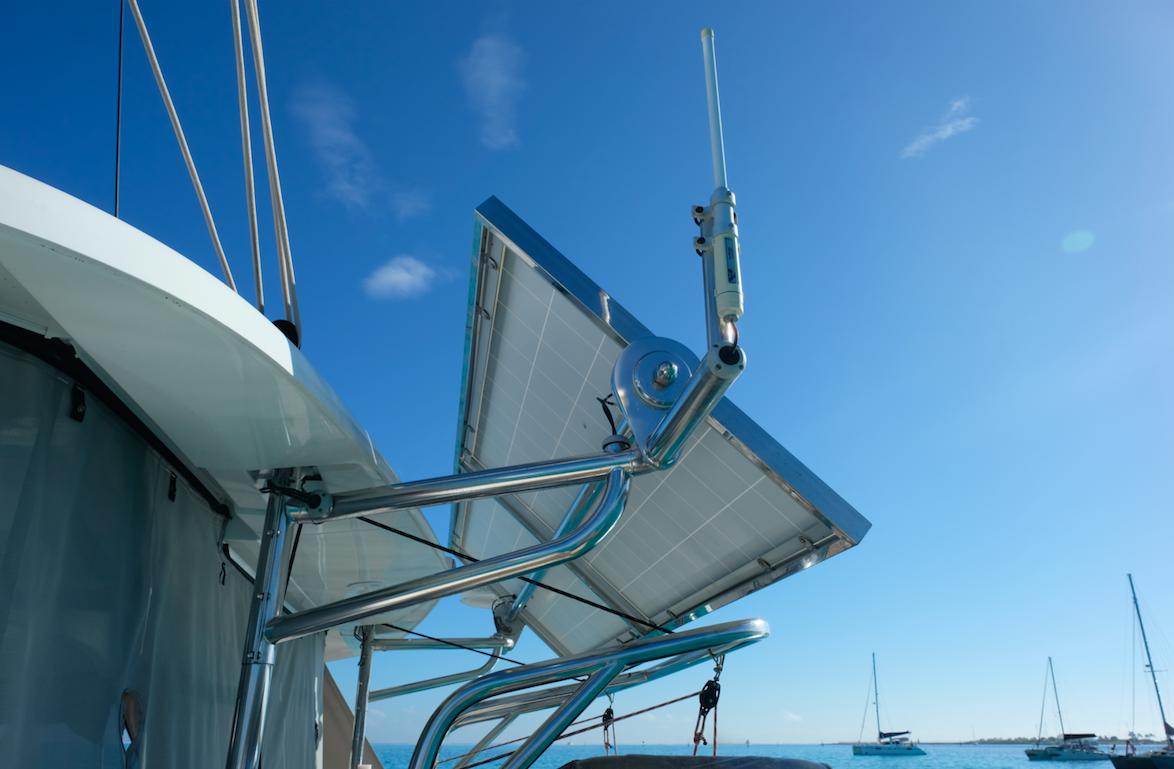 On the port side the frame holds the wifi extender. // På babord side er wifi extenderen festet til solpanelrammen.